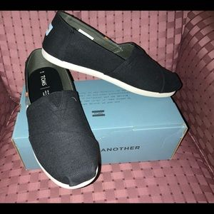 NWT TOMS men's slip -on shoes. Size 11